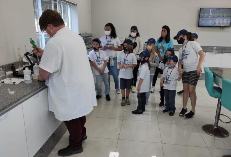Filhos de servidores do Samae visitam ambiente de trabalho dos pais