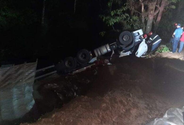 Motoristamorreapós carreta tombar em Corupá