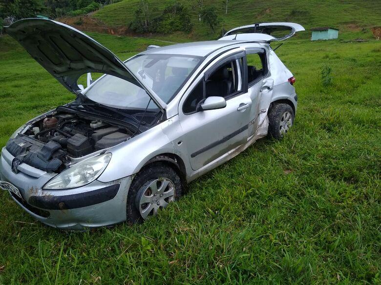 Motorista perde controle da direção e colide carro contra poste em Schroeder  - Crédito: Divulgação Bombeiros de Schroeder