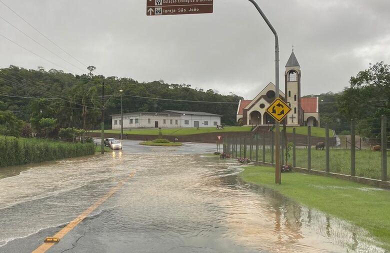 Chuva causa alagamentos em Jaraguá  - Crédito: Divulgação Redes Sociais