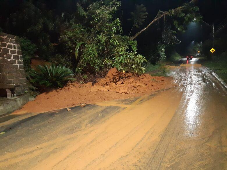 Queda de barreira deixa subida do Rio Molha parcialmente interditada  - Crédito: Divulgação Prefeitura de Jaraguá