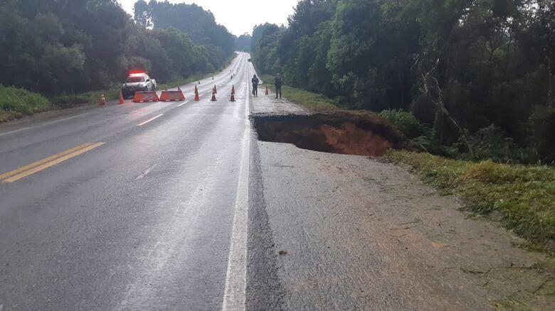 [Vídeo] Cratera se forma na BR 280 e trânsito é interditado em Mafra  - Crédito: Divulgação
