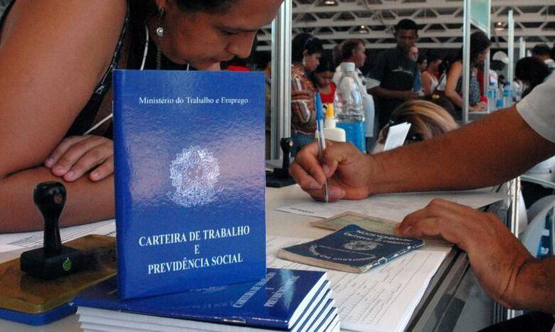 carteira_de_trabalho - Crédito: Marcello Casal Jr. / Agência Brasil
