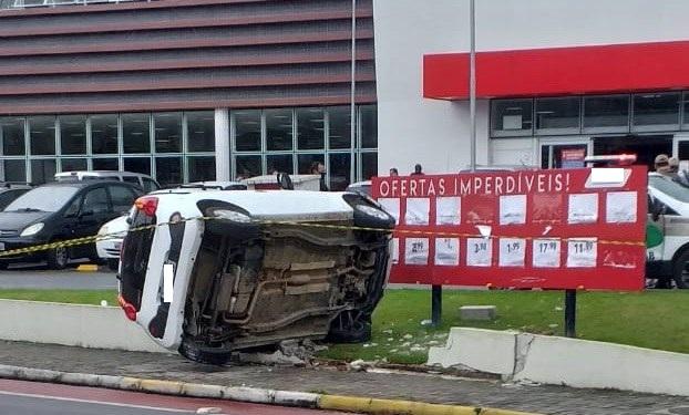 Motorista perde controle da direção e capota veículo em Jaraguá do Sul  -