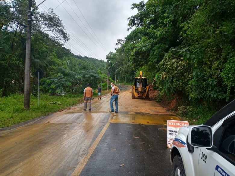 Defesa Civil trabalha em área de deslizamento no Rio Molha - Crédito: Divulgação
