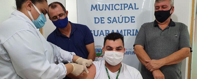 Ténico de Enfermagem Matheus recebendo a vacina - Crédito: Divulgação PMG