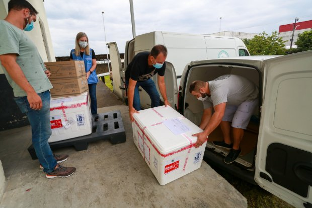Inicia distribuição das doses da vacina Oxford-AstraZeneca para municípios catarinenses -