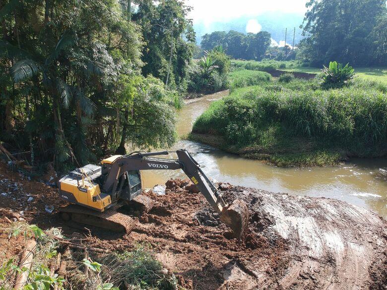 Começa a construção do enrocamento na Rua Amandus Rengel - Crédito: Divulgação