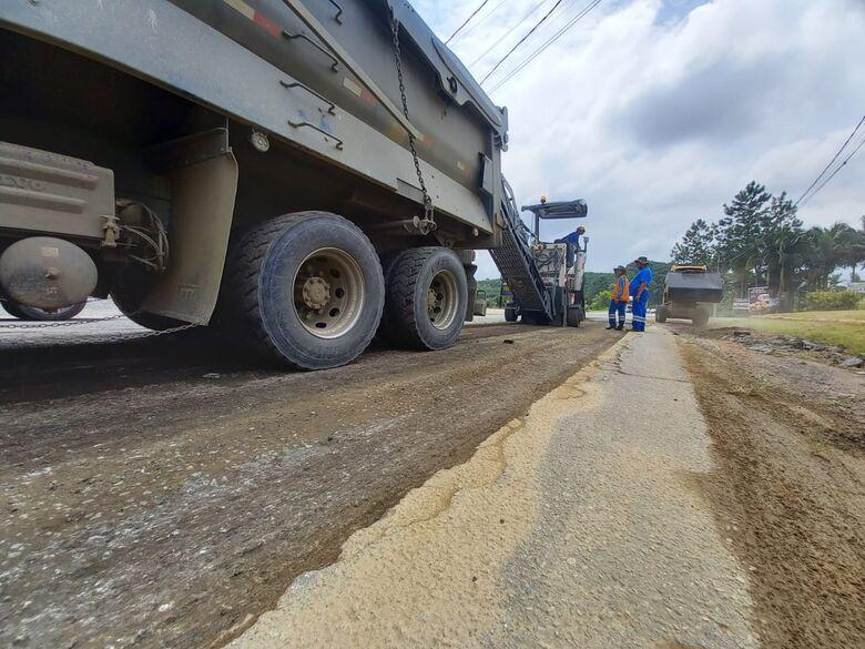 Através do Programa Recuperar, iniciam os reparos na SC 415 em São João do Itaperiú  - Crédito: Divulgação PMSJI