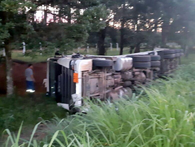 PRF impede roubo a carreta acidentada na BR 101 em Araquari - Crédito: Divulgação PRF