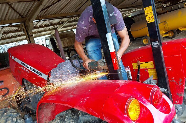 Maquinários que auxiliam agricultores recebem cabines para operadores - Crédito: Divulgação / PMJS