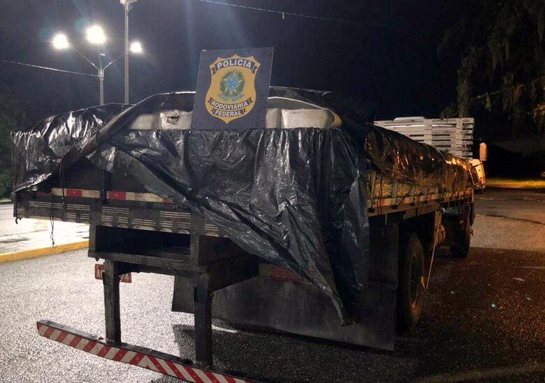 Polícia apreende carga de camarão contrabandeado na BR 101, em Garuva - Crédito: Divulgação Polícia Rodoviária Federal