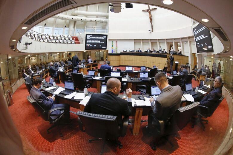 Deputados aprovaram projeto do reajuste do salário mínimo na tarde desta terça-feira (16) - Crédito: Daniel Conzi/Agencia AL