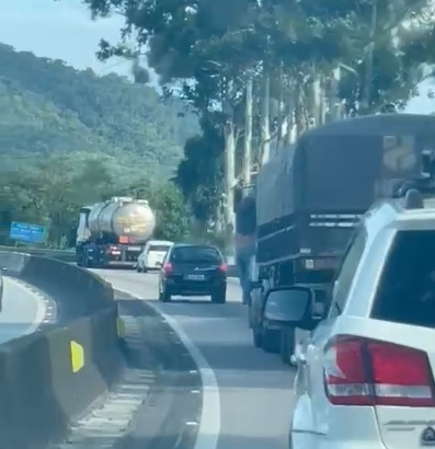 Após acidente, homem fica pendurado em cabine de carreta por 33 km na BR 101 - Crédito: Divulgação