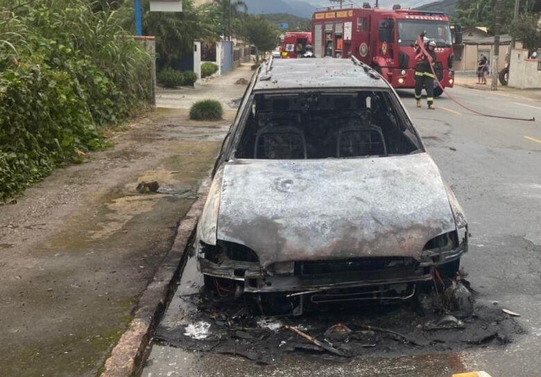 [VÍDEO] Incêndio destrói veículo em Schroeder  - Crédito: Divulgação Bombeiros de Schroeder