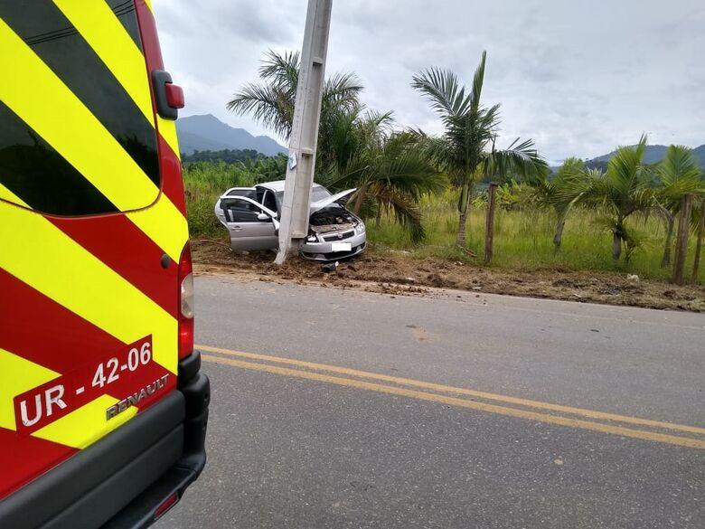 Motorista passa mal e colide carro contra poste em Schroeder  - Crédito: Divulgação Bombeiros de Schroeder