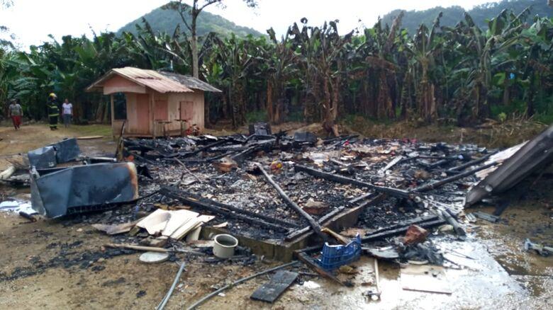 Casa é destruída por incêndio em Schroeder  - Crédito: Divulgação Bombeiros de Schroeder