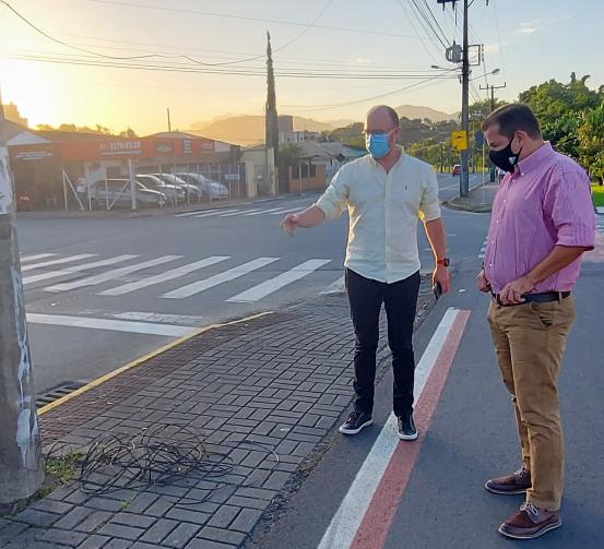 Promotor de Justiça verifica situação dos cabos soltos nas ruas em Jaraguá  - Crédito: Arquivo / Divulgação