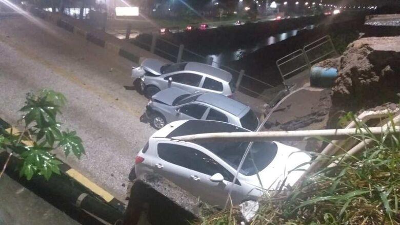Parte de ponte cai e carros ficam presos em Brusque - Crédito: Divulgação