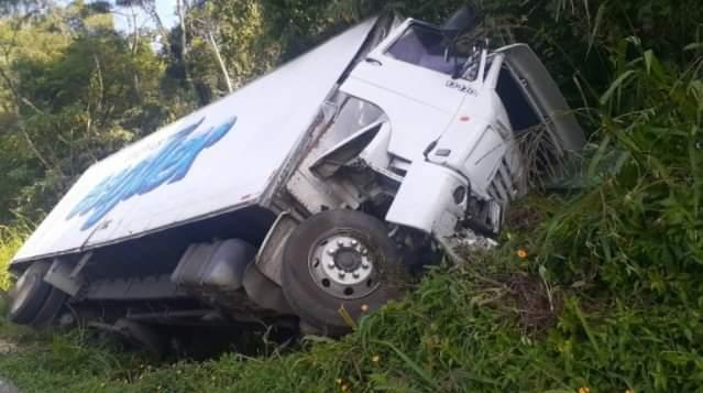 Caminhoneiro fica ferido em acidente na BR-280, em Corupá - Crédito: SBS Notícias
