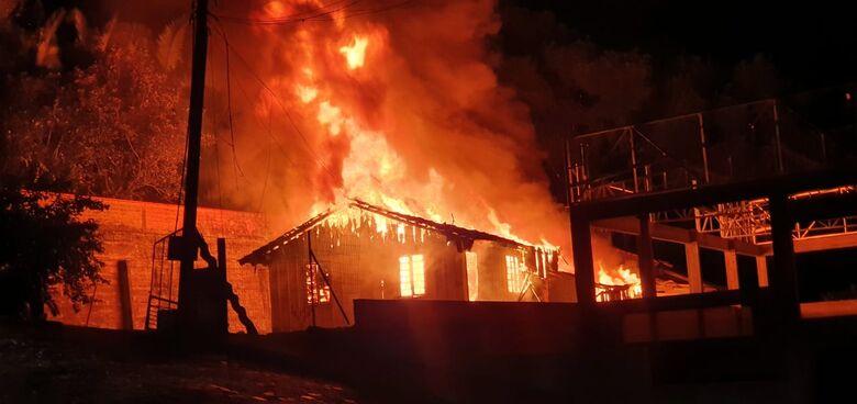 Incêndio destrói completamente residência no Jaraguá Esquerdo  - Crédito:  Divulgação/ Redes Sociais