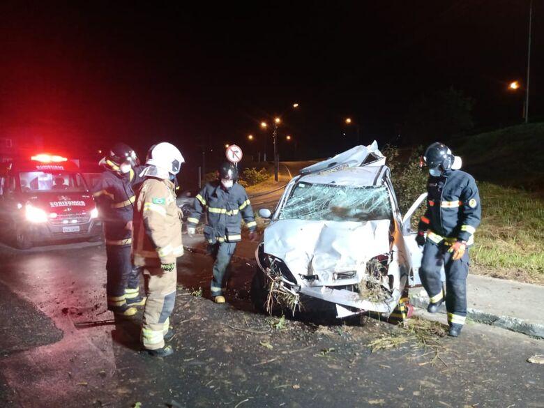 Carro sai da pista, bate em árvore e capota em viaduto da BR-280, em Jaraguá - Crédito: Gabriel Junior