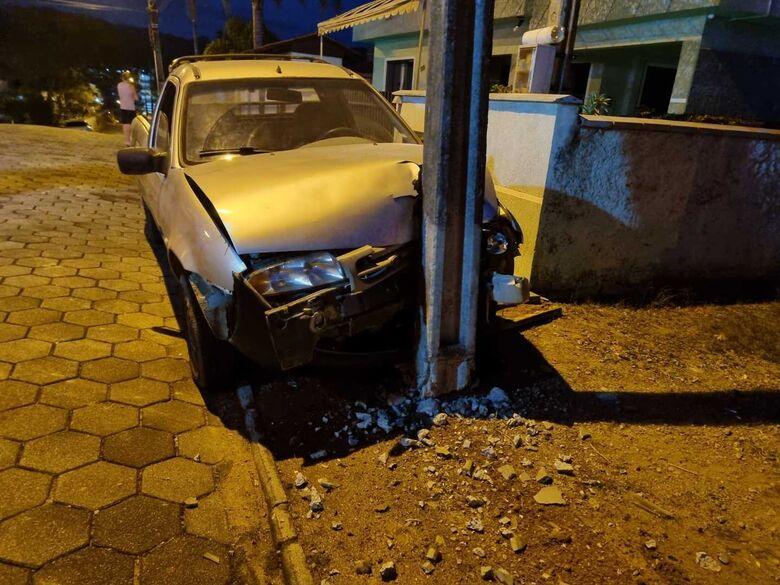 Carro colide em poste em Massaranduba   - Crédito: Divulgação/BVM