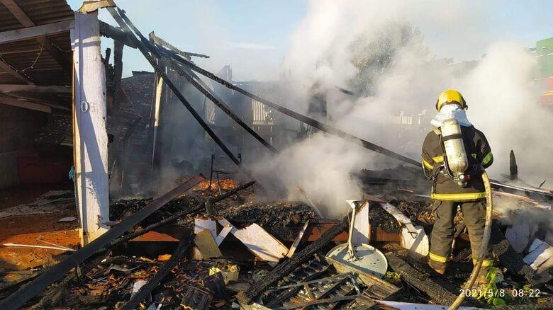 Tragédia: pai, mãe e dois filhos morrem carbonizados em SC  - Crédito: Divulgação Bombeiros