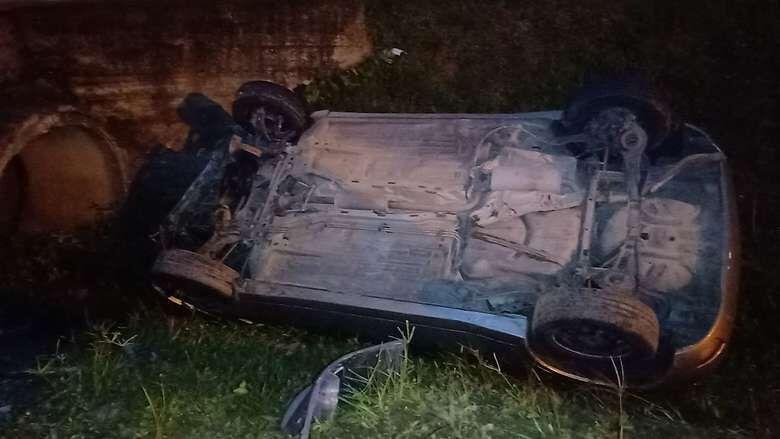 Motorista é preso por embriaguez após capotar carro em Jaraguá   - Crédito: Gabriel Junior/Jaraguá FM