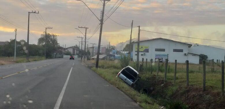 Carro cai em valo em Jaraguá do Sul - Crédito: Ouvinte Rádio Jaraguá