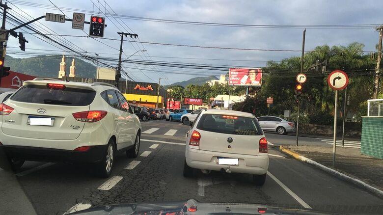 Mulher fica ferida em acidente de moto nesta manhã em Jaraguá - Crédito: Airton Fagundes/Ouvinte Jaraguá