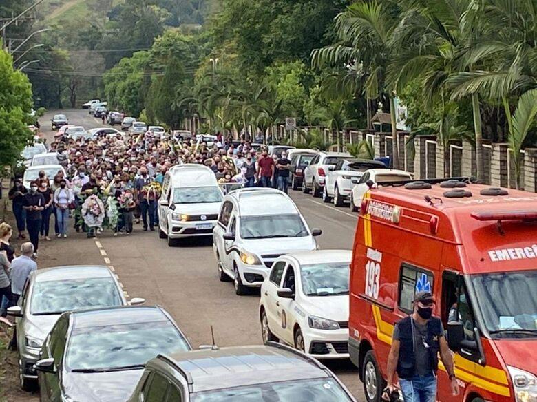 Vítimas de atentado a creche em Saudades são enterradas no cemitério municipal - Crédito: Sirli Freitas/ NSC TV