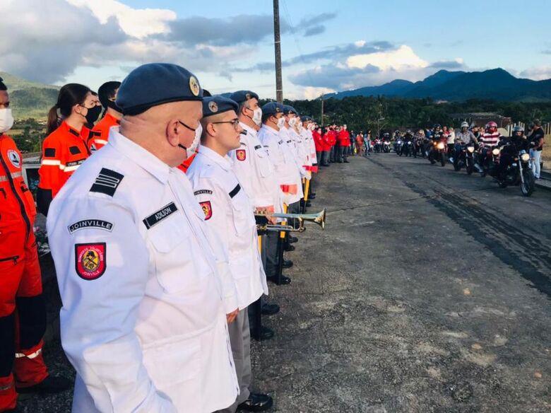 Mais de 500 pessoas acompanham o sepultamento do comandante dos bombeiros de Schroeder  - Crédito: Gênesis Costa/Divulgação