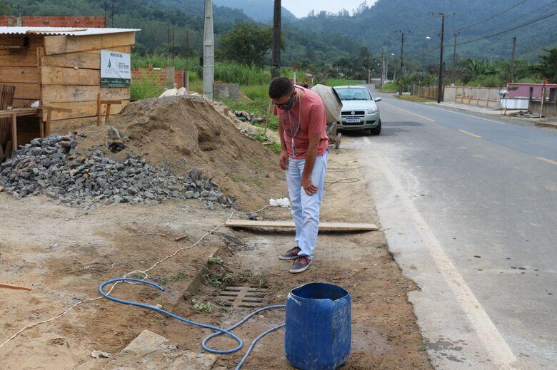 Fiscalização quer coibir descarte de materiais na rede de água da chuva em Jaraguá  - Crédito: Divulgação