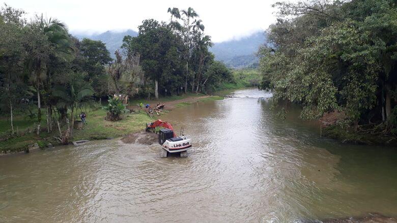 Defesa Civil promove limpeza da ponte sobre o rio Braço São José em Schroeder - Crédito: Divulgação
