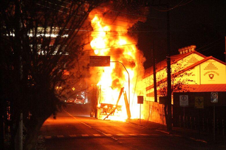 [Vídeo] Caminhão pega fogo em Jaraguá - Crédito:  Ezequiel Seibert Hellwig