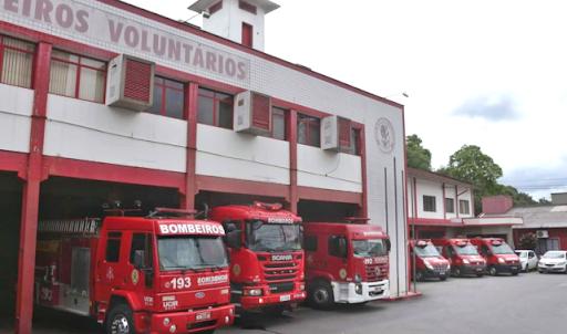 Bombeiros combatem incêndio em veículo no pátio de oficina em Jaraguá do Sul  -