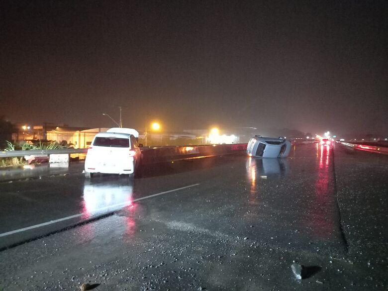 Carro bate em mureta ao tentar evitar colisão em veículo que capotou na BR-280, em Guaramirim - Crédito: Divulgação/BVG