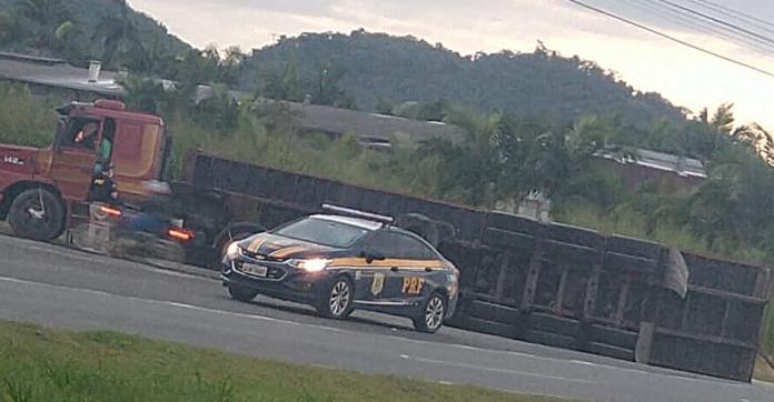 Container tomba em manobra de caminhão na BR-280, em Guaramirim  - Crédito: Divulgação/Redes Sociais