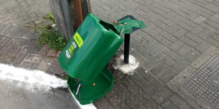 Mais uma vez, lixeiras são alvos de vandalismo - Crédito: Divulgação