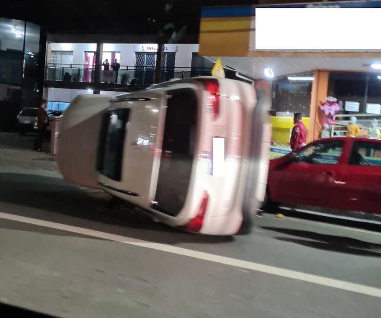[VÍDEO] Carro tomba após atingir veículos estacionados em Jaraguá do Sul - Crédito: Divulgação Redes Sociais