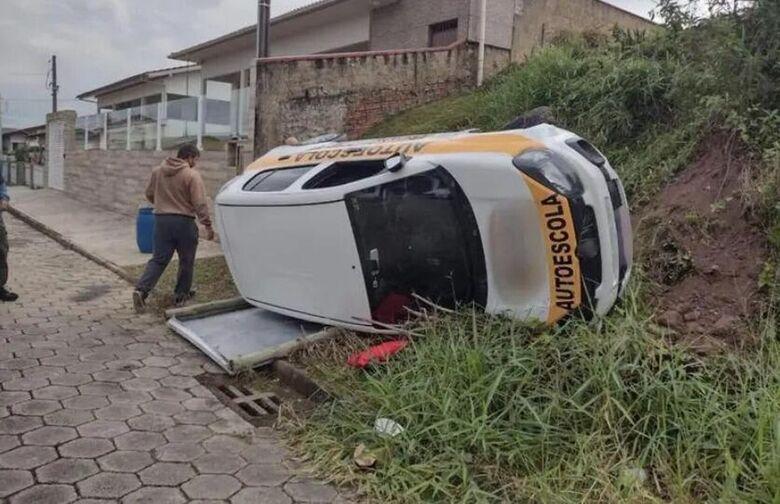 Aluna de autoescola tomba carro no exame final para conseguir CNH em SC  -