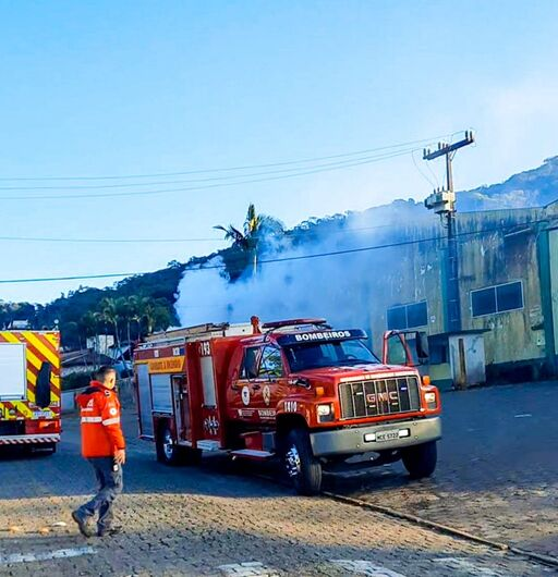 Bombeiros apagam incêndio em galpão em Guaramirim  - Crédito: Divulgação