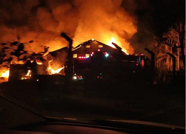 Bombeiros usaram 220 mil litros de água para apagar incêndio em malharia no Rio da Luz  -