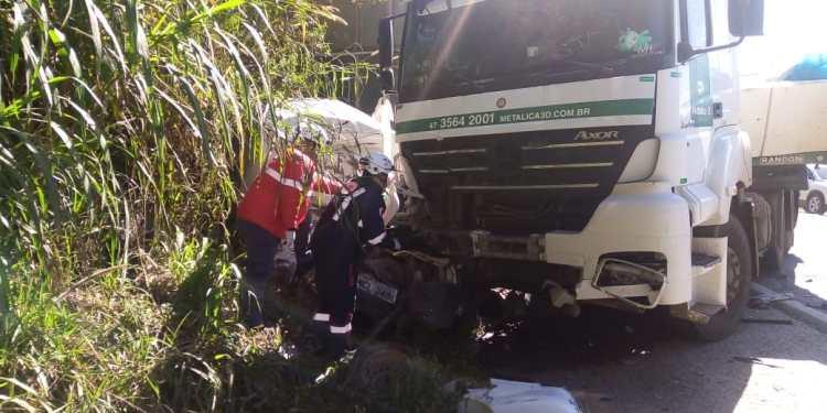 Motorista fica preso nas ferragens após acidente em Guaramirim  - Crédito: Divulgação
