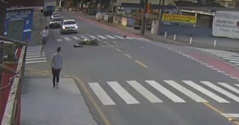 [Vídeo] Câmera flagra acidente que matou motociclista em Jaraguá  -