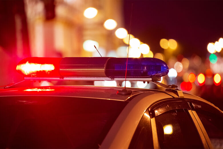 Duas pessoas são autuadas por fraude após carro colidir em poste em Jaraguá - Crédito: Arquivo / Divulgação