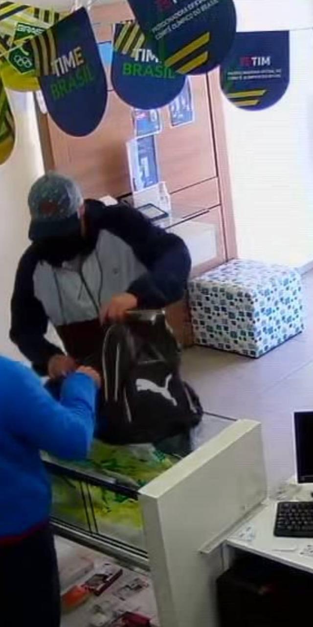 Homem assalta loja e rende funcionários no Centro de Jaraguá -