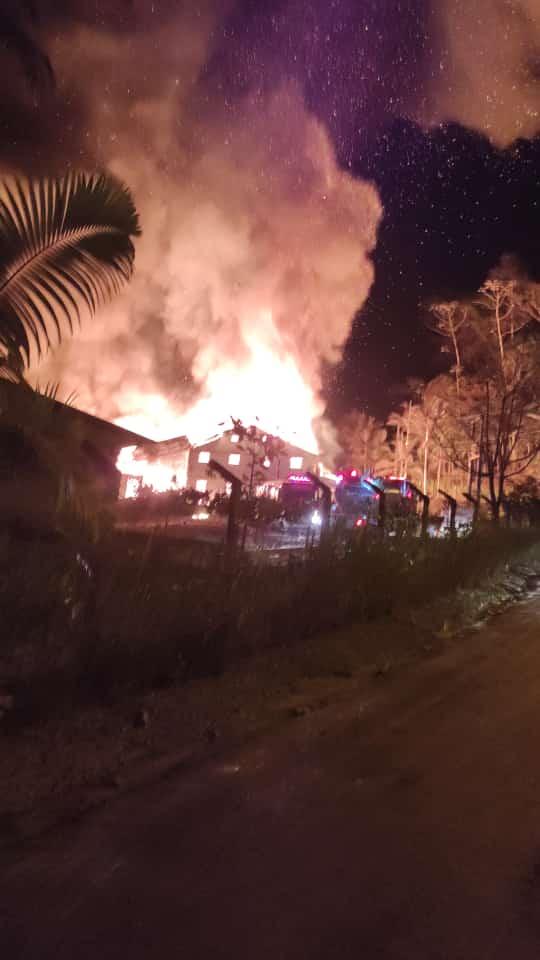 Incêndio de grandes proporções destrói malharia em Jaraguá -
