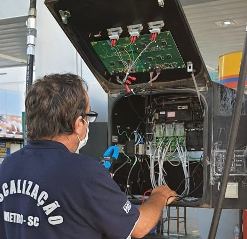 Megaoperação do Imetro-SC detecta fraudes e interdita bombas de combustível - Crédito: Divulgação/Imetro/SC